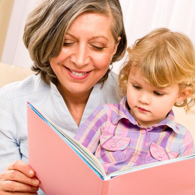 Stará mama číta svojim vnúčatám | Protefix