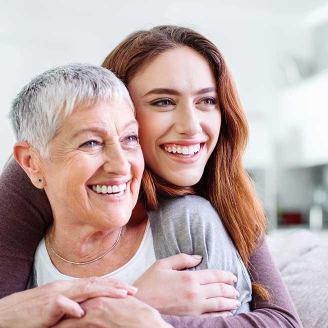 Smejúca sa matka s dcérou | Protefix