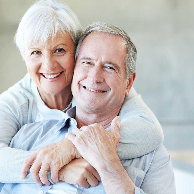 Smejúci sa starší pár | Protefix