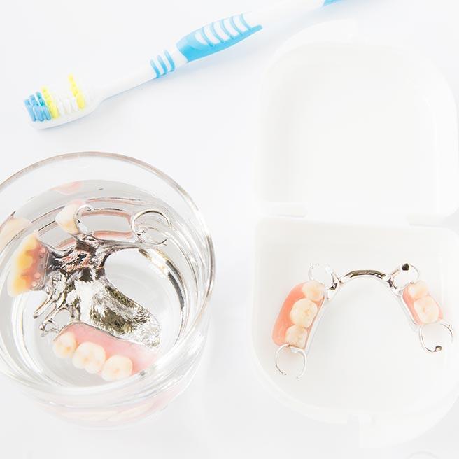 Čistenie zubnej náhrady | Protefix